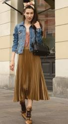 How to Style Pleated Skirts in your 20s and 30s? Check These Fashionable Pleated Skirt Outfits to See