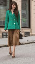 PLEATED SKIRT AND BLAZER OUTFIT EVERYONE COULD WEAR
